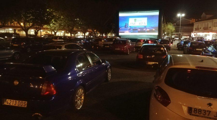 O autocine de Marín reuniu a 50 coches na Praza do Regueiro na noite do pasado sábado